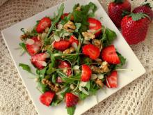 Fresh Salad with Strawberries, Arugula and Nuts