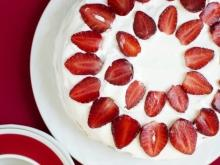 Light Cake with Yoghurt and Strawberries
