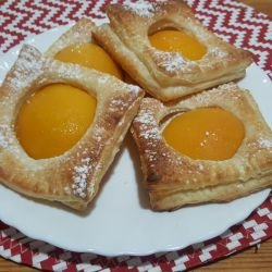 Easy Puff Pastries with Peaches