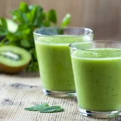 Smoothie with Kiwi, Parsley and Mint
