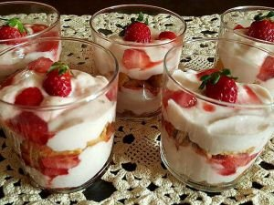 Cream with Philadelphia and Strawberries