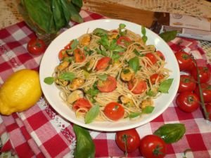Whole Grain Pasta with Mussels and Cherry Tomatoes