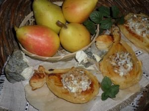Mini Tarts with Pears and Green Cheese