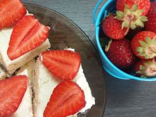 Biscuit Cake with Mascarpone and Strawberries