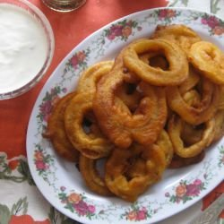 Breaded Onion Rings with Garlic Sauce