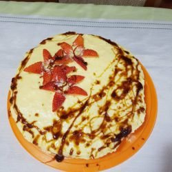 Cake with Vanilla Cream and Strawberries